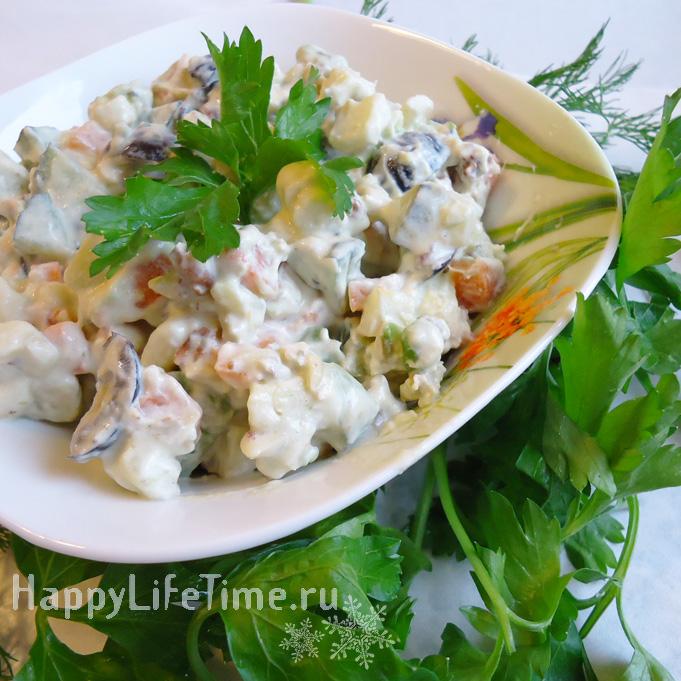 Салат с авокадо и фундуком